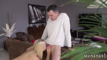 old cumming girl accidentally guy in young Lo toca debajo de la mesa