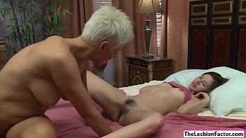 pedais me dche Cute blonde makes her pussy wet