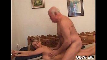 taking the tricked off her he condom by Hombres borrachos o dormidos teniendo